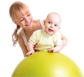 mamička s dieťaťom na fit lopte