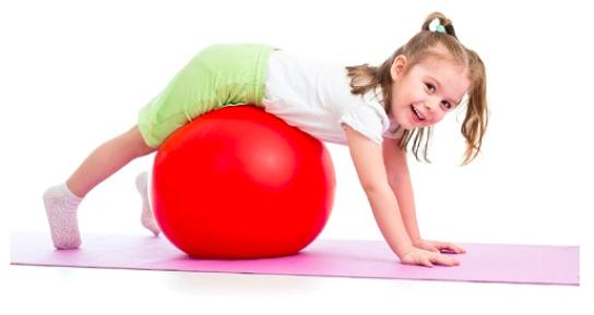 Dievčatko cvičiace na fit lopte