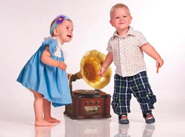 Chlapec a dievčatko pri gramofóne